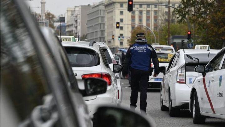 Concentración de taxis en una foto de archivo.