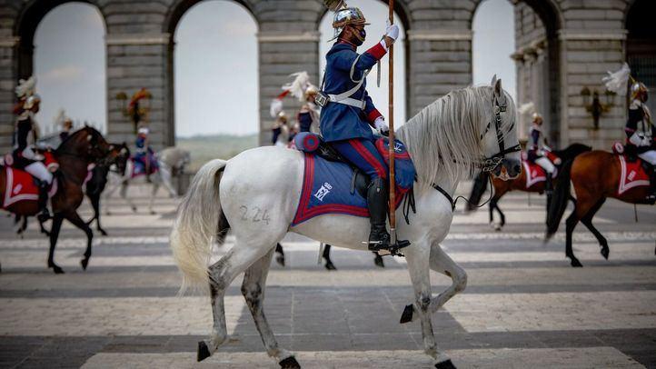 Vuelve el relevo de la Guardia Real a la Plaza de la Armería del Palacio Real