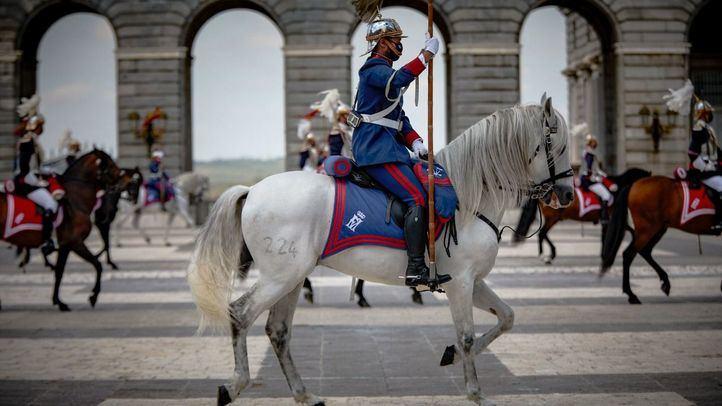 Centinelas de palacio, a caballo participan en un relevo solemne de la Guardia Real, a 2 de junio de 2021