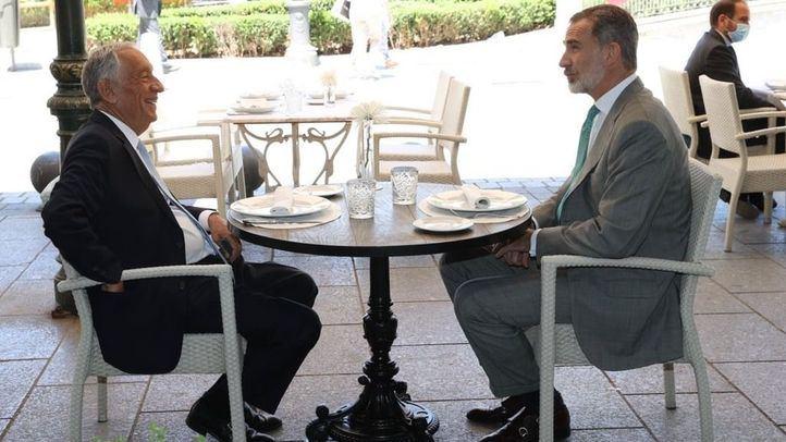 Almuerzo de dos jefes de Estado en una terraza de la plaza de Oriente