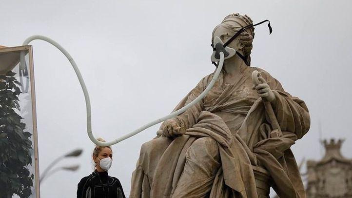 Greenpeace coloca una mascarilla a la diosa Cibeles como protesta en el Día Mundial del Medio Ambiente.