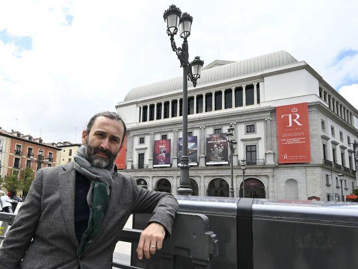 Javier Limón, en la plaza de Ópera, galardonado por el Premio Madrid a la Mejor Iniciativa Cultural.