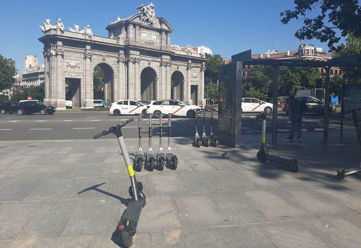 Patinetes mal aparcados en la Plaza de la Independencia.