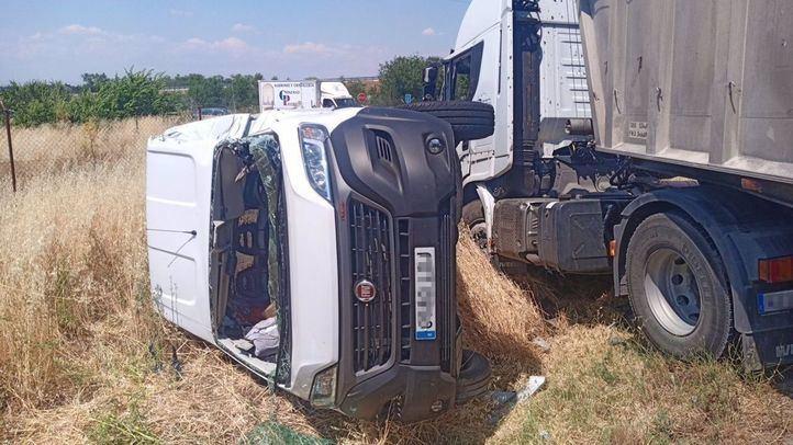 Muere el conductor de una furgoneta al chocar contra un camión y un vehículo en San Fernando de Henares