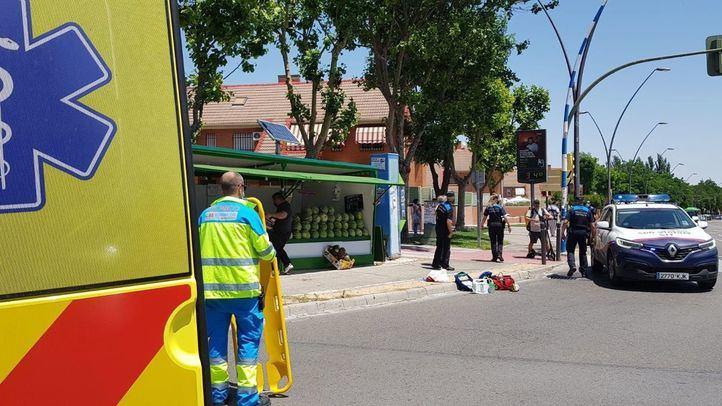 Herido muy grave el conductor de un patinete al chocar contra un puesto de melones en Getafe
