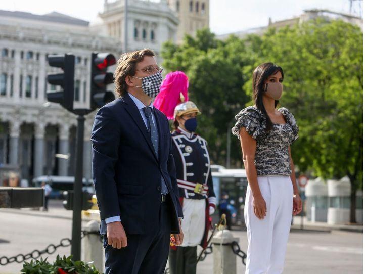 El alcalde de Madrid, José Luis Martínez-Almeida, y la vicealcaldesa de Madrid, Begoña Villacís, participan en un homenaje a las víctimas del Covid-19