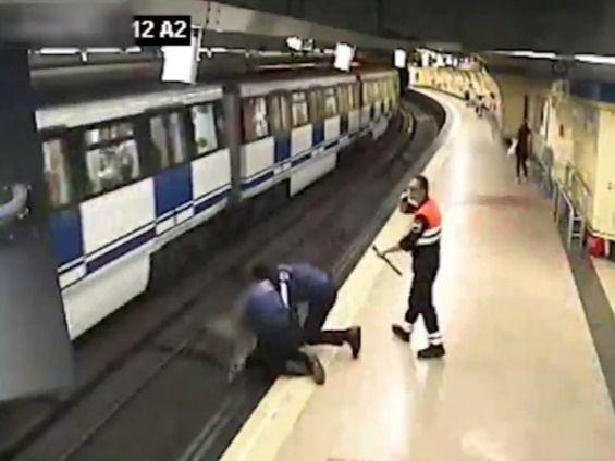 Agentes municipales rescatan a una chica que saltó a las vías del Metro en Lavapiés