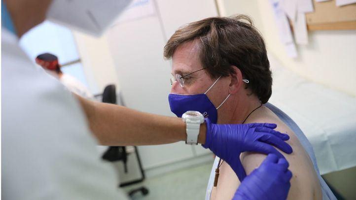 El alcalde de Madrid, José Luis Martínez-Almeida, recibe la primera dosis de la vacuna contra la Covid-19.