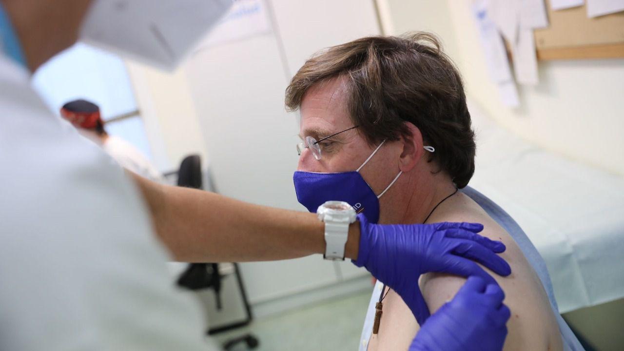 Almeida recibe la primera dosis de la vacuna de Pfizer contra el Covid