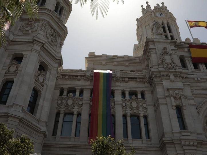 Luces arcoíris en Cibeles en el Orgullo, pero sin la bandera LGTBIQ+ que quiere Villacís