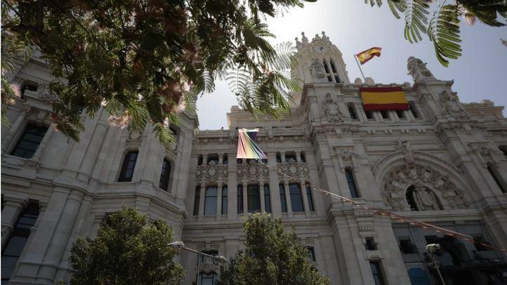 Izada de la bandera LGTBI en el Ayuntamiento de Madrid en 2019.