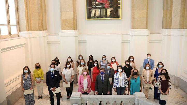 El alcalde, José Luis Martínez-Almeida, y la delegada de Hacienda, Engracia Hidalgo, asisten a la entrega de diplomas de los 20 nuevos funcionarios del Ayuntamiento.