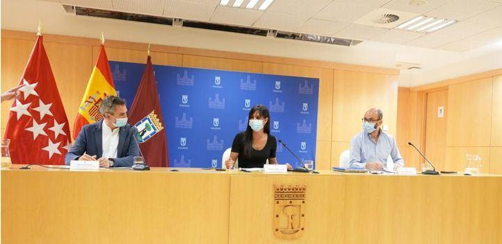 Begoña Villacís, Pepe Aniorte y Héctor Cebolla, en la presentación del primer estudio sobre el colectivo LGTBIQ+ del Ayuntamiento de Madrid,