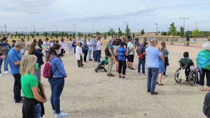 Decenas de personas se concentran en Parla para exigir la construcción del nuevo instituto de la ciudad en una sola fase
