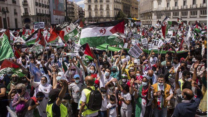 Decenas de personas participan, en una manifestación por la libertad del Pueblo Saharaui