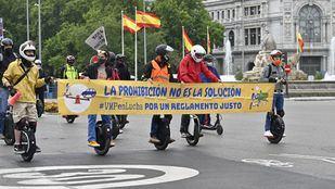 Los usuarios de patinetes eléctricos reclaman poder circular por los ciclocarriles en Madrid
