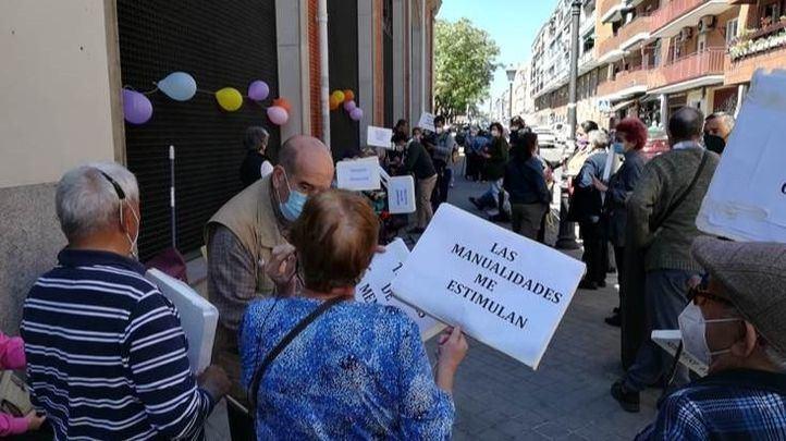 Protesta de los usuarios de los centros de mayores pidiendo su reapertura