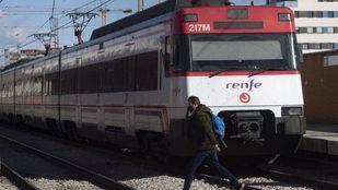 Foto de archivo de un hombre cruzando las vías del tren en Móstoles