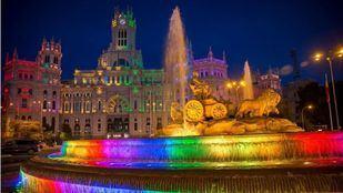 Cibeles se ilumina con los colores de la bandera LGTBI por el comienzo de la semana del Orgullo