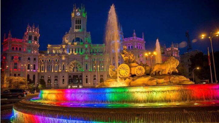 El Palacio de Cibeles y la fuente, iluminadas con los colores de la bandera LGTBI