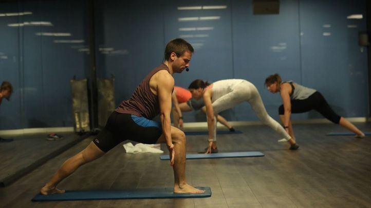 Imagen de archivo de una persona haciendo ejercicio en un centro deportivo