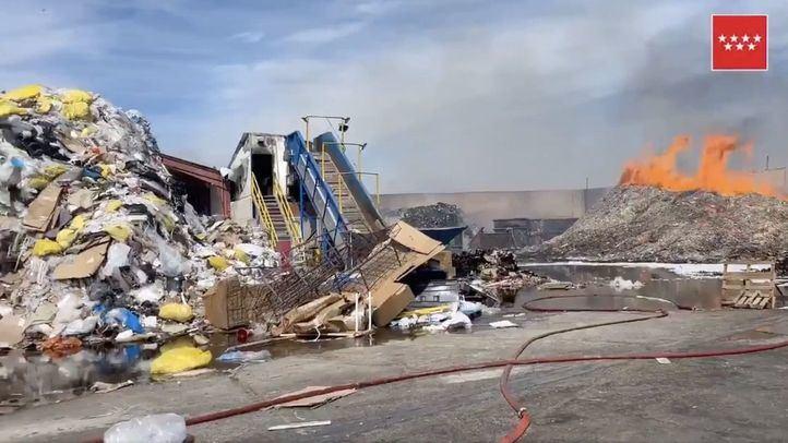Aparatoso incendio de material para reciclaje en Alcalá