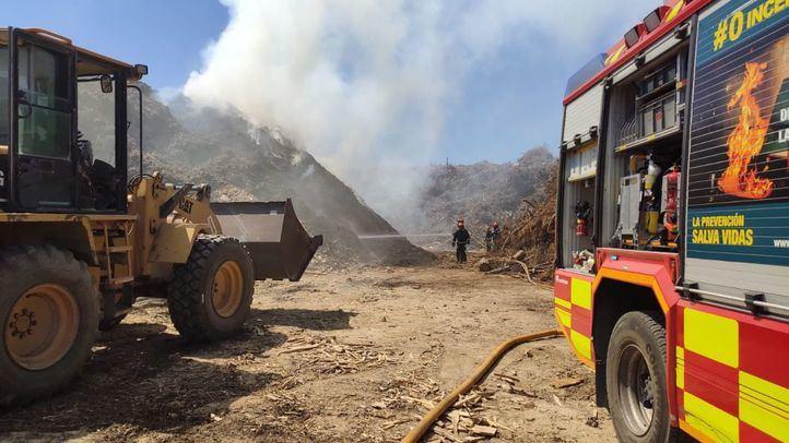 Los bomberos de la Comunidad de Madrid trabajan en la extinción de un incendio en San Sebastián de los Reyes