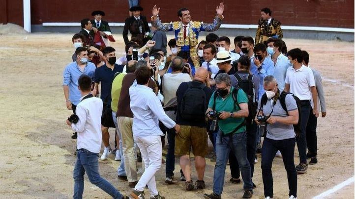Emilio de Justo, paseado a hombros por el ruedo de Las Ventas antes de salir por la Puerta Grande