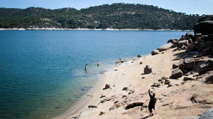 La alcaldesa de San Martín de Valdeiglesias critica las conductas incívicas en el pantano de San Juan