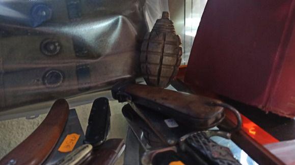 Puñales, un obús y una granada de mano: algunas de las armas y explosivos requisados en el Rastro