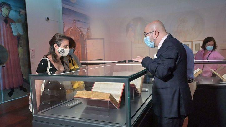 Andrea Levy visita la exposición de Dante Alighieri
