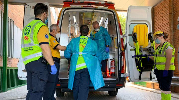 Emergencias Madrid atiende a una mujer que ha sido agredida por su pareja.