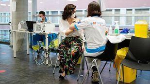 Díaz Ayuso recibe la vacuna de Pfizer en el Wizink Center