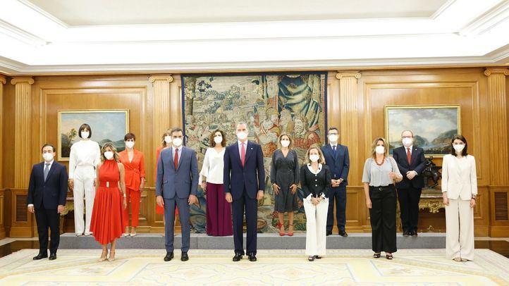 El Rey y Pedro Sánchez con los nuevos ministros.