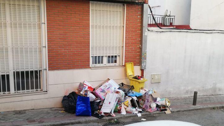 Montonera de basura en la calle del Hachero, 50.