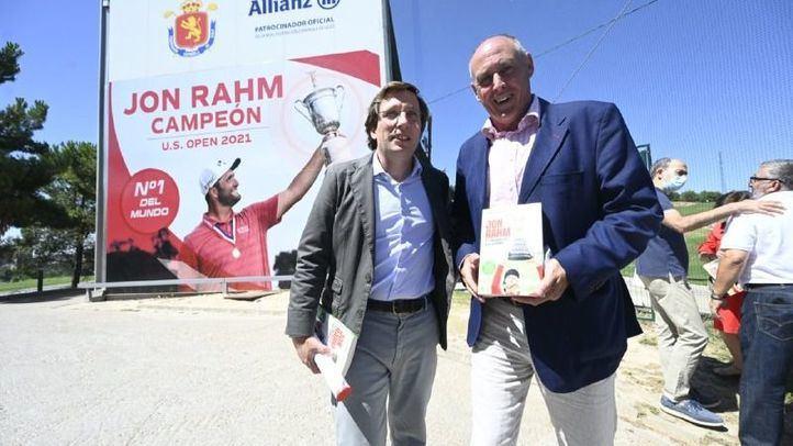 El alcalde de Madrid, José Luis Martínez Almeida y el autor del libro, Guillermo Salmerón.