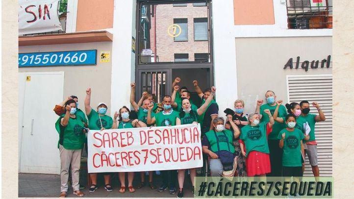 La Sareb pide la paralización del desahucio de 17 familias de la calle Cáceres, en Arganzuela