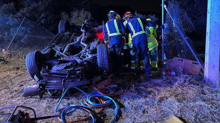 Los bomberos han tenido que excarcelar a los dos ocupantes del vehículo