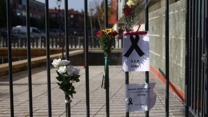 Verjas con crespón negro y flores en apoyo al joven asesinado en la localidad en una de las calles de Velilla de San Antonio