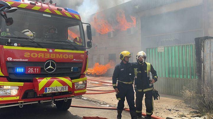 12 dotaciones de bomberos y dos de AENA se han desplazado al lugar del incendio