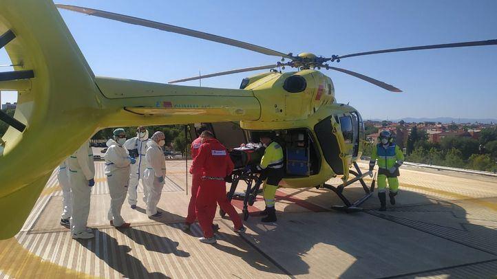 Un helicóptero del 112 evacúa al herido en el embalse del Atazar