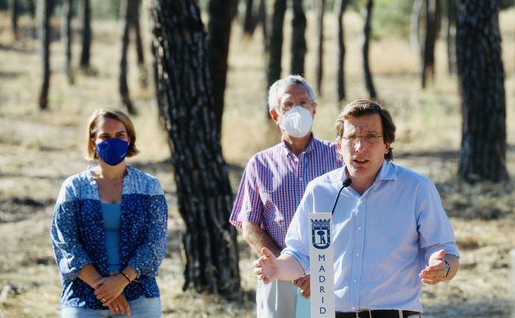 El alcalde, José Luis Martínez-Almeida, presenta en la Casa de Campo  el plan para la recuperación del arbolado dañado por Filomena junto a Borja Carabante y Loreto Sordo.
