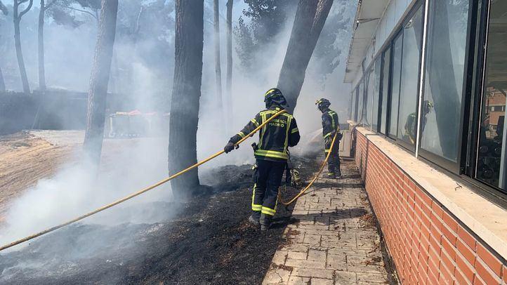 Bomberos de Madrid trabajan en la extinción del incendio en Ciudad Universitaria