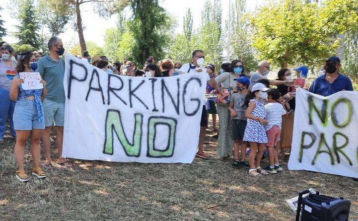 Concentración contra el parking disuasorio de Tres Olivos.