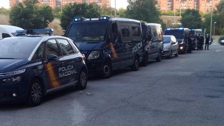 Furgones policiales en la calle Maquinilla, donde se ha producido el desahucio