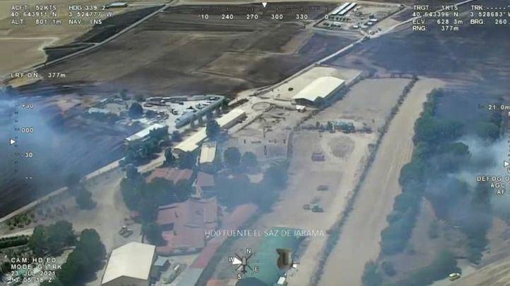 Un incendio en Fuente El Saz provoca 18 intoxicados, quemaduras leves y corte de carreteras