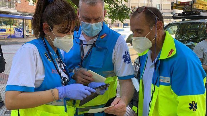 Sanitarios consultan su teléfono móvil