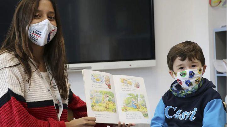 Profesora y alumno con mascarilla durante la clase