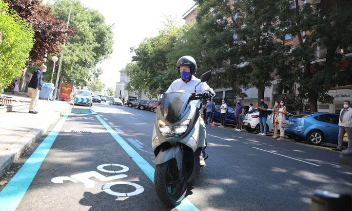 El alcalde llega en moto al acto.