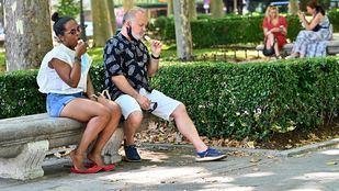 Dos personas comiendo helado en el Paseo del Prado